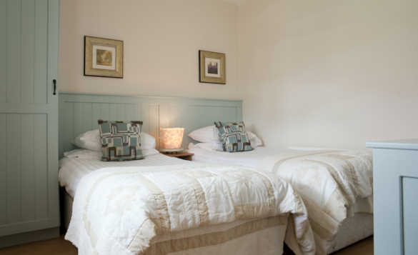 Twin bedroom at McGuires Cottages, Drumshanbo/
