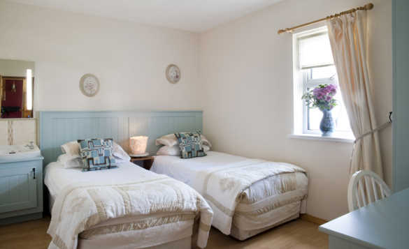 Twin bedroom at McGuires Cottages Drumshanbo/