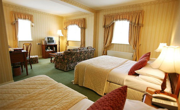 Twin bedroom with seating area at Sheedys Hotel, Lisdoonvarna/