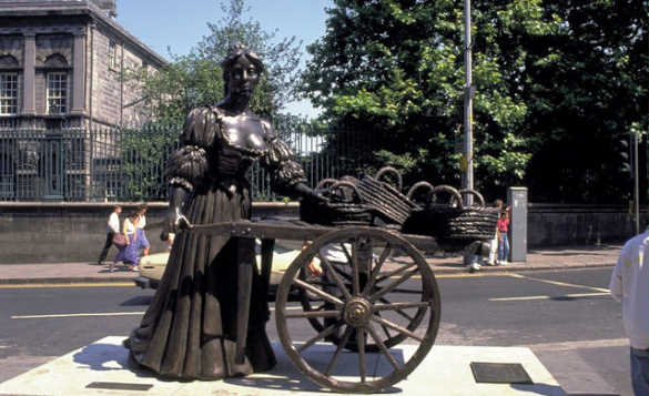Staute of Molly Malone pushing a cart in the centre of Dublin/