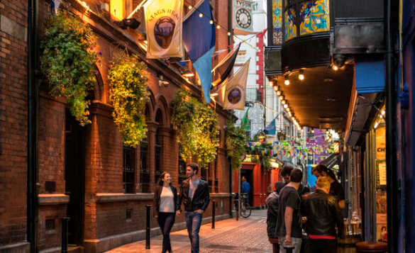 Couple walking through the Temple Bar area in Dublin/