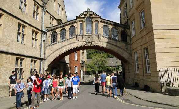 People walking under Hertford College Bridge in Oxford/
